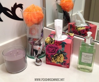 Set out a jar of samples in the bathroom for overnight guests - I used an empty vase and added a bath poof #KleenexStyle