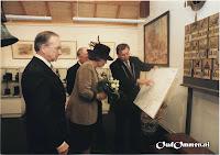 Burgemeester Bernard Kobes toont de Koningin een bijzondere wandkaart - Bron: uit het archief van Jan Lucas