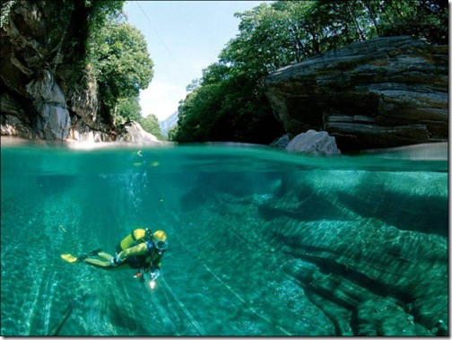 incredibly_clear_waters_of_the_verzasca_river_640_05