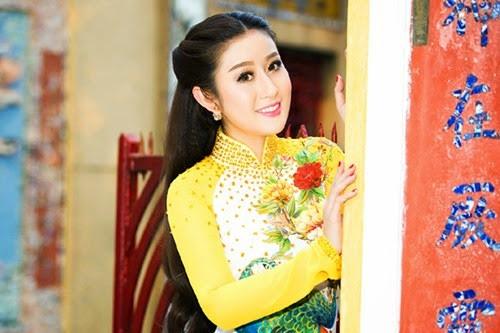 nguoi-dep-mc-kim-trang-len-chua-le-phat (2)