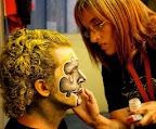 El maquillaje del rostro es fundamental para contribuir al complemento del vestuario, el que a su vez, con su originalidad mantendrá viva su verdadera identidad / Foto: Leonardo Correa y Anibal Bogliaccini.