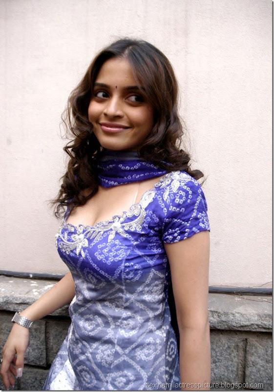 sexy-sheena-shahabadi-hot-exposing-chudidhar-stills-03