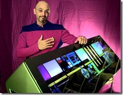 Tony Alleyne vestido com o uniforme da Enterprise