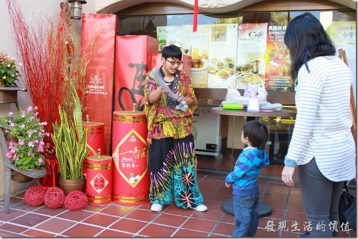 花蓮-理想大地渡假村-西餐廳。這次用完餐出來的時候還有個奇裝異服的工作人員在製作造型氣球贈送給遊客,小朋友都超喜歡的。