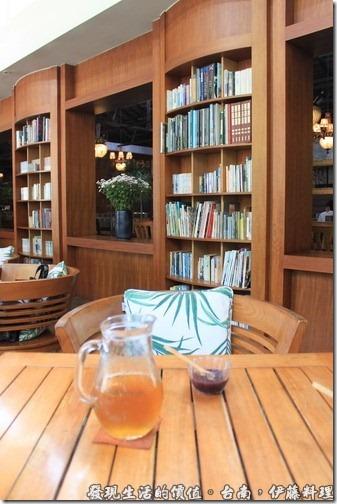 台南伊藤日本料理,餐廳的座位基本上分成兩大部份,基本上相通,但設計師巧妙的利用書櫃及裸空創造出一種穿透式的空曠視覺,又可保有兩種不同風格的餐廳特色。書櫃與書櫃之間有時會讓人誤以為是鏡子的反影。