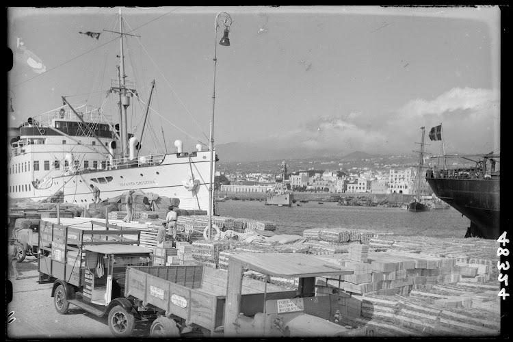 Fototeca del Patrimonio Nacional. Motonave INFANTA CRISTINA en Santa Cruz de Tenerife. Ca. 1930. Foto Loty.jpg