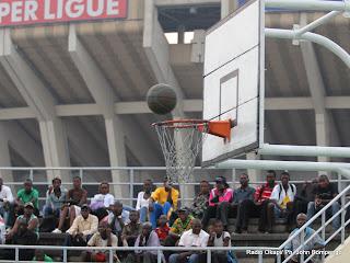 Le public sur les gradins du terrain de basketball, ce12/06/2011 au stade des martyrs de Kinshasa, lors d'un Championnat de 2ème phase de la ligue provincial de basketball de Kinshasa. Radio Okapi/ John Bompengo