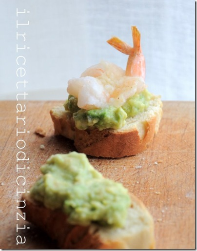 Mini bruschette all'avocado e gamberetti croccanti