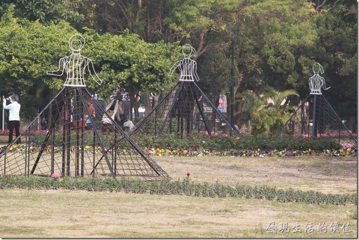 這個是什麼啊?人形的立牌放置在金字塔的頂端,應該是未完成品吧!