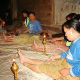 写真1 : 軒先で夜ラタンを割いて加工品を作る女性たち(2008年6 月カクスにて加藤撮影)