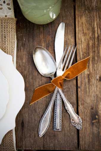 A strand of burnt-orange velvet ribbon makes for an easy silverware holder. (www.mydesigndump.blogspot.com)