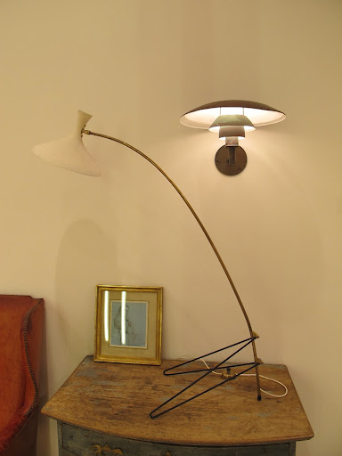 This French standing lamp designed by Mathieu Mategot would look great in my apartment wouldn't it?