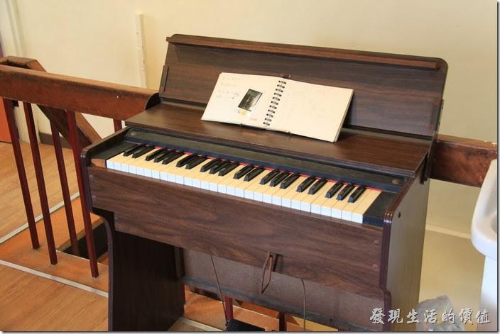 台南-小巷裡的拾壹號。還有一台風琴耶!記得以前小學上課時音樂老師單的就是這種風琴。