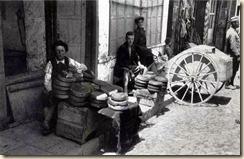 Un venditore di pane in attesa dei clienti - Foto: Melville Chater.