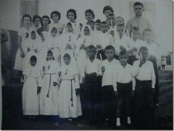 Pe. Teixeira, então vigário de Piquet Carneiro,  com um grupo de crianças da 1ª Comunhão, no ano de 1960.