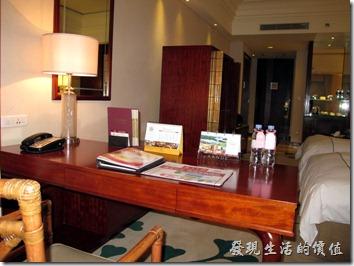 惠州-康帝國際酒店。客房的書桌,基本上抽屜內有附一條網線,但線實在是太短了作罷,沒想要無線網路也非常的順暢,可惜該封鎖的都被封鎖了。