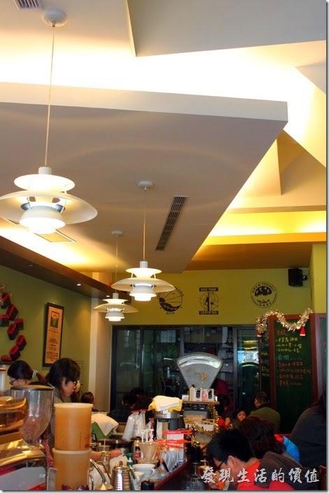台南-席瑪朵咖啡烘培棧。這間【席瑪朵咖啡烘培棧】立賢路總店的特色是齊天花板的吊燈,非常有造型,光線柔和,採用多片燈罩的設計讓邊緣可以溢出部分光線,不會讓人直接看到燈泡光源,很有藝術的價值。