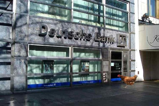 Η «βόμβα» της Deutsche Bank, η «μόχλευση» και οι κότες