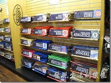 Louisville-slugger。這裡的販賣部也販賣著各個球隊顏色的球棒,不過以迷你球棒的銷路最好,因為可以當禮物送人,又方便攜帶。
