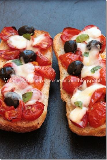 Bruschette con olive pomodori e mozzarella