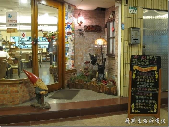 「碧蘿春炭索餐坊」的店門口。