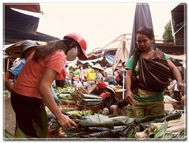 Chợ Tết: thịt mỡ - dưa hành - bánh chưng xanh