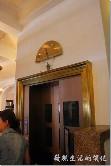 台南-林百貨重新開幕。這【指針式的樓層顯示電梯】與【磨石子的樓梯】可是台南林百貨的重要特色之一。