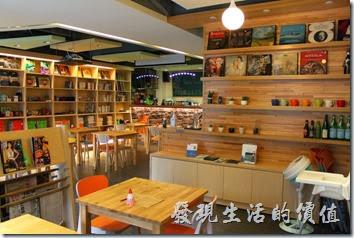 台南-PICTURESQUE早午餐。因為餐廳自詡為書店,所以店內有很多的書櫃也擺放了非常多的書籍雜誌,有興趣的朋友可以自由翻閱,更可以買回家。