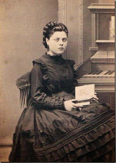 Joven valenciana con libro. Foto de Ludovisi, 1865