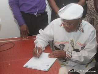 Etienne Tshisekedi dépose sa candidature pour la présidentielle 2011, le 5/09/2011 au bureau de réception et de traitement des candidatures à la présidentielle à  Kinshasa. Radio Okapi/ Ph. John Bompengo