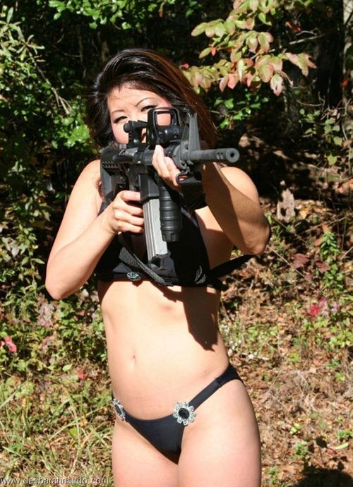 gatas armadas mulheres lindas com armas sexys sensuais desbaratinando (25)