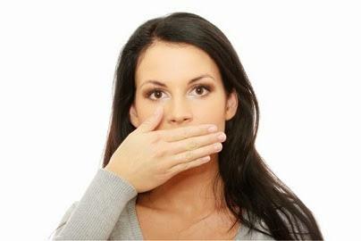 Κακοσμία του στόματος. Πού οφείλεται και πως μπορεί να απαλλαγείτε;