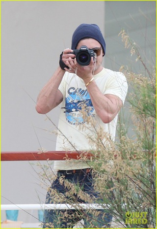 zac-efron-taking-pics-at-cannes-09