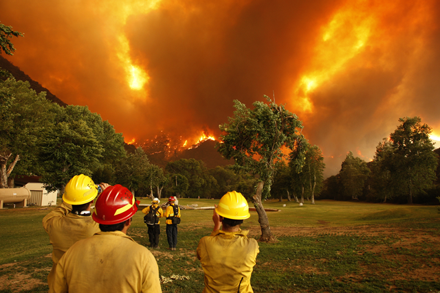 Firefighters watch as the Powerhouse fire closes in around them at the Canyon Creek Complex sports camp, California, 1 June 2013. Photo: David McNew / Getty Images