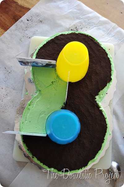 TheDomesticProject - Simple step by step instructions for decorating a Cars cake  (8)