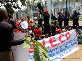 Sit-in de quelques enseignants membres du Syeco devant la primature, le 2/03/2011  Kinshasa. Radio Okapi/ Ph. John Bompengo