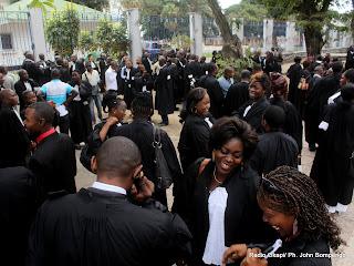 – Des magistrats devant la primature, lors d'une marche de protestation contre leurs conditions de travail, mardi 30/08/2011 à Kinshasa. Radio Okapi/ Ph. John Bompengo