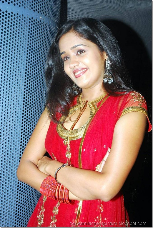 tamil-actress-ananya-cute-exposing-boobs-in-chudi