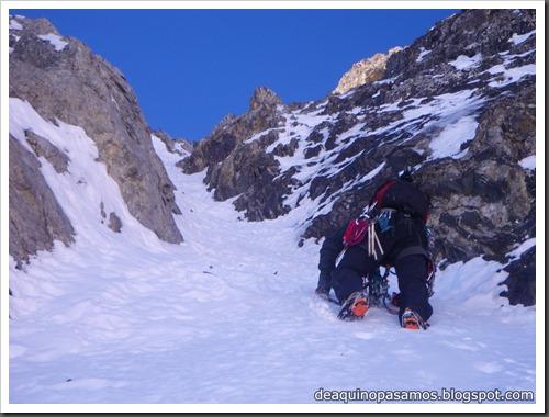 Intento al Corredor Nefropatia 200m D  90º (Pico Piedrafita 2965m, Pirineos) (Isra) 7527