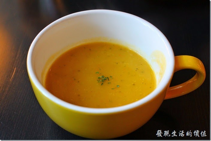 台南-PS-Cafe-Brunch。早午套餐的前湯-今天喝的是南瓜濃湯,不過似乎是純南瓜湯,沒有加牛奶,所以喝起來有南瓜的甜味,但似乎少了點滋味,可能是我已經喝灌了加牛奶的南瓜濃湯了。