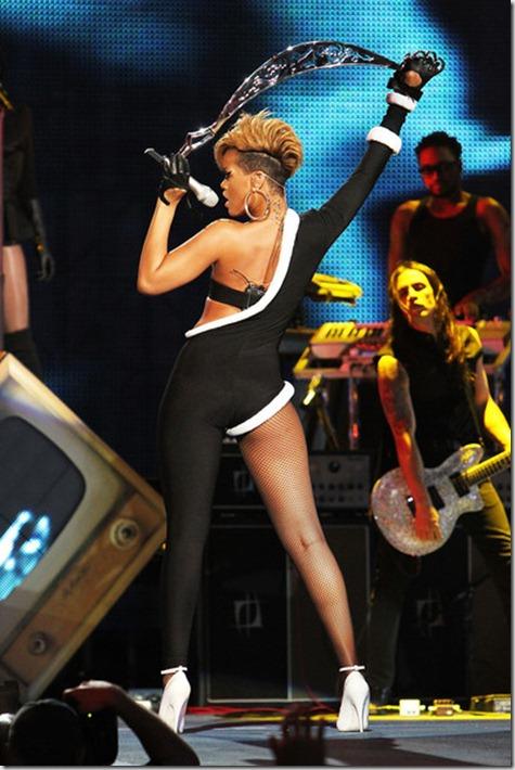 Rihanna Pepsi Super Bowl Fan Jam p1TeYQwhEbel