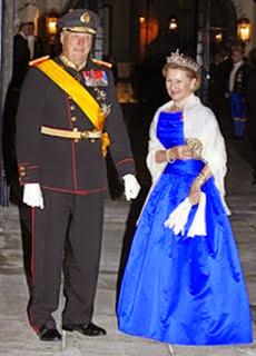 Los reyes Harald y Sonia de Noruega, con un sencillo vestido azul.