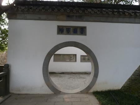 Imagini Zhenjiang: porti rotunde prin temple chinezesti