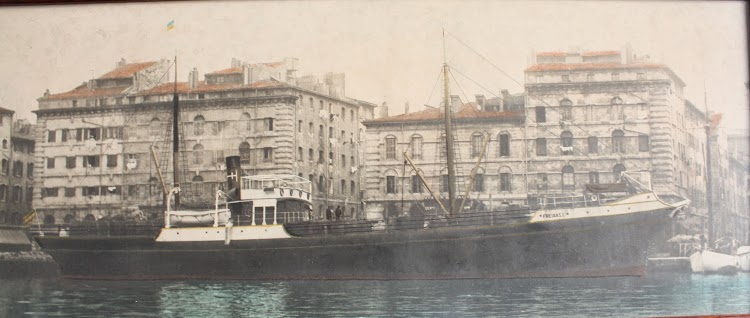 """Fotografía del """"FREIXAS I"""" atracado en el Port vieux de Marsella, delante de los edificios que hoy están restaurados y conservados. Foto remitida por Ernest Freixas.jpg"""
