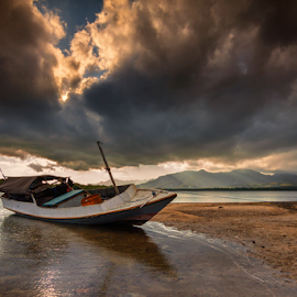 waiting the rain by Gus Mang Ming - Transportation Boats ( bali, sunrise, boat )