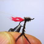 3. Nawijam promienie w kierunku ogonka, przywiązuję nicią wiodącą. Wykonuję końcówkę jednym zwojem płaskiej lamety. Następnie skręcam promienie z nicią.