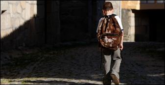 aluno a caminho da escola