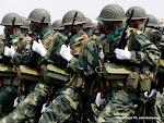 Armes à main, les militaires de Fardc concentrés lors du défilé du 30 juin 2010. Radio Okapi/ Ph. John Bompengo