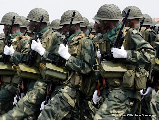 Armes  main, les militaires de Fardc concentrs lors du dfil du 30 juin 2010. Radio Okapi/ Ph. John Bompengo