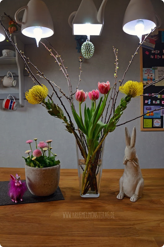 FF (01) gelbe Protea, gefüllte Tulpen, Kirschzweige und rosa Gänseblümchen